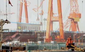 中国首艘国产航母再装2块分段 船头上翘进度喜人