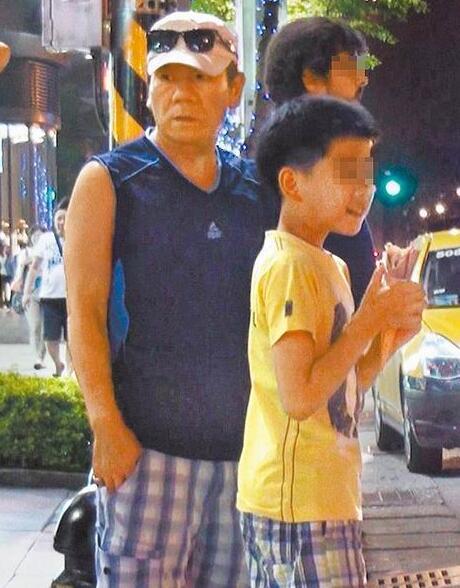 赵传与11岁儿子现身穿同款短裤 帅儿不丑很温柔【星看点】