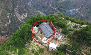 中国悬崖村上的房子 孩子上学爬藤梯多名村民摔死