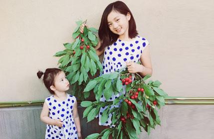 黄磊女儿多多与妹妹摘樱桃 姐妹俩漂亮可爱