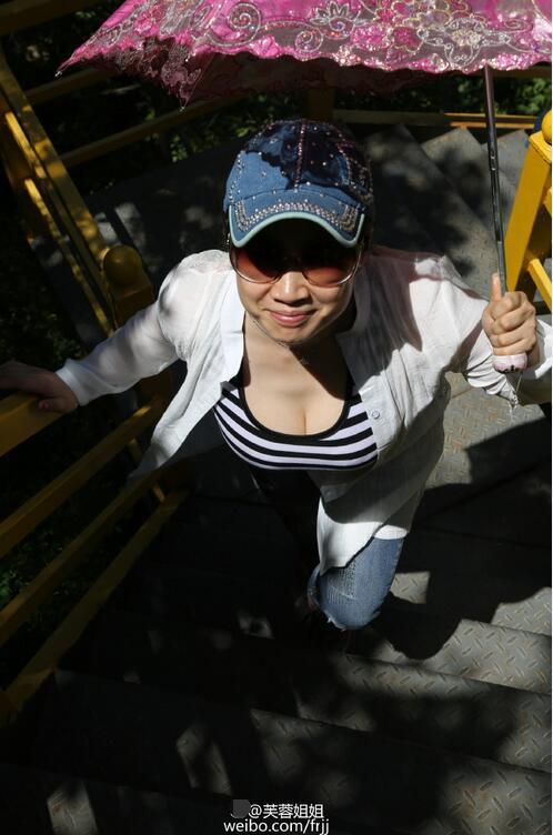 芙蓉姐姐素颜登山 狂露事业线上围惊人(图)【星看点】