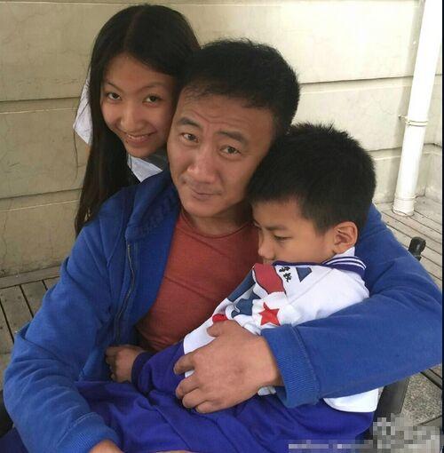 胡军与女儿贴面合影 康康在爸爸的怀里娇羞了【星看点】