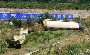 """飞来""""横祸"""":中国巨大火箭残骸坠落高速公路旁"""