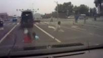 实拍面包车等红灯掉出3孩子径直开走 后车狂按喇叭