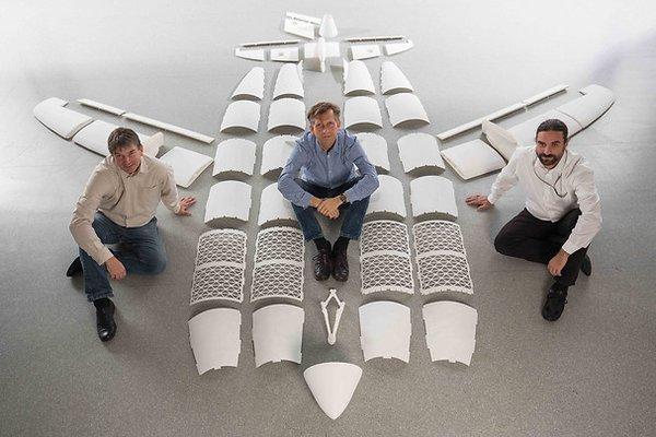 Airbus THOR 无人机,注意,机身是3D 打印的 将3D 打印技术用于航空器零部件的生产,并不是什么新鲜事。NASA 就曾经用3D 打印生产过火箭零部件。关键是,用3D 打印技术生产并投入使用的,是航空器里的哪部分零部件。以民用客机为例,如果3D 打印生产的是客舱座位的扶手,或者是娱乐系统遥控的塑料外壳,那么用不用3D 打印,其实象征性的作用更多一些。Airbus 第一次在客机零部件中使用3D 打印技术还是2014 年初,当时在加拿大越洋航空公司(Canada Air Transat)执飞的A3