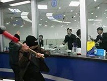 劫匪连砸21下敲开防弹玻璃 银行监控拍下全部过程