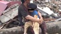 江苏龙卷风受灾老太抱孩子哭喊:不要死啊