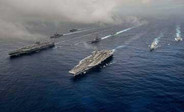以航行自由之名骚扰中国 美在南海秀双航母战斗群