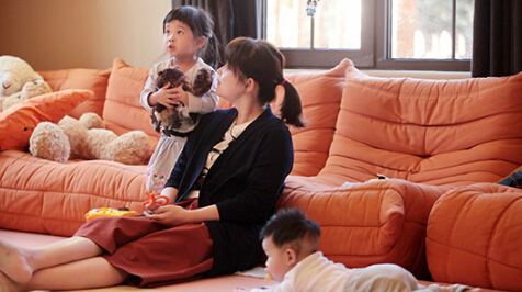 《妈超》曝梅婷剧照 一双儿女围绕幸福满溢