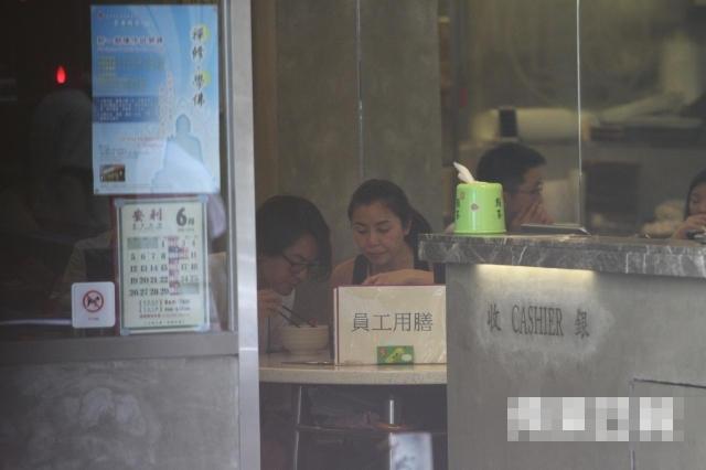 【有意思】郑伊健贴心陪太太吃早餐 42岁蒙嘉慧素颜清纯
