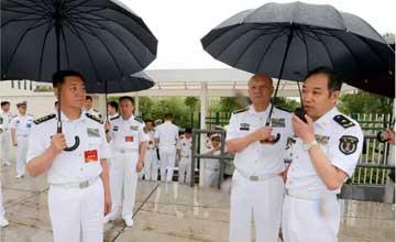 这个少将咋这么牛?海军司令员吴胜利给他打伞