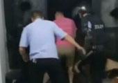 安徽:实拍特警破门而入迎面遭枪口指头 现场两声枪响