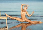 俄罗斯辣妈反重力练瑜伽(图)
