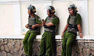 凤凰军机处:越南设水笼监牢 惩罚华人越境