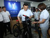 """李克强体验""""飞鸽"""":愿为中国自行车做广告"""