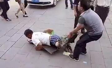 假乞丐遭路人当街揭穿一幕