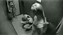 监拍多名国外妹子在电梯内撒尿