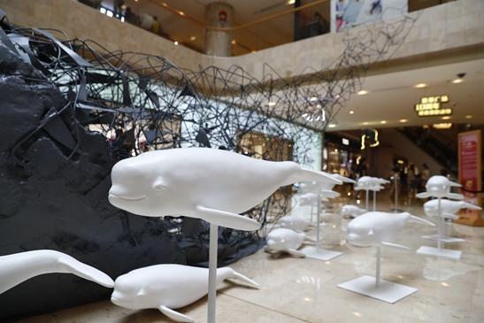 """在德基思路内,以""""守望策划""""为主题的雕塑创意广场展.标志设计微笑江豚图片"""