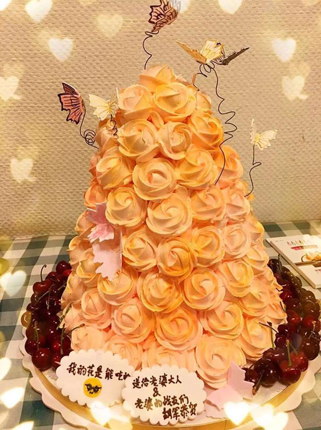 【有意思】模范夫妻!胡军为爱妻定制99朵玫瑰蛋糕