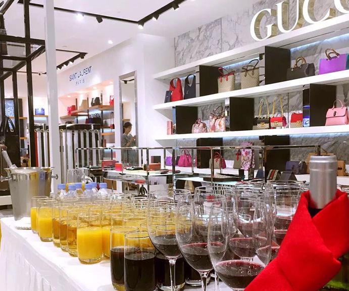 HORMIGA入驻LIMELIGHT一站式奢侈品牌体验空间 采访中,秋瓷炫女士表示她非常开心能够来到中国北京LIMELIGHT一站式奢侈品牌体验空间,参与此次品牌入驻活动,并希望有更多的人了解该品牌。当天看到有这么多消费者来到LIMELIGHT店关注该品牌,和自己一样欣赏该品牌的产品,她非常的开心。100%纯手工制作的HORMIGA(豪美嘉)是一个不断追求完美,超越自己的品牌。在韩国广受大家的喜爱,其定制服务也满足很多追求个性化却又不失品质的消费者的需求。她同时表示非常开心能来到LIMELIGHT一站式