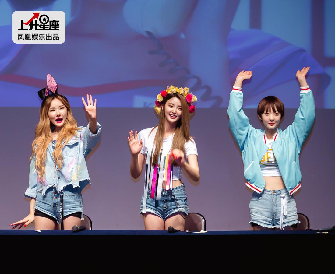 握手会即将结束,成员们集体站起来跟粉丝们挥手道别。