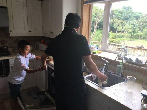 孙悦6岁儿子长这样 帮妈妈做家务乖巧又懂事(图)【有看点】