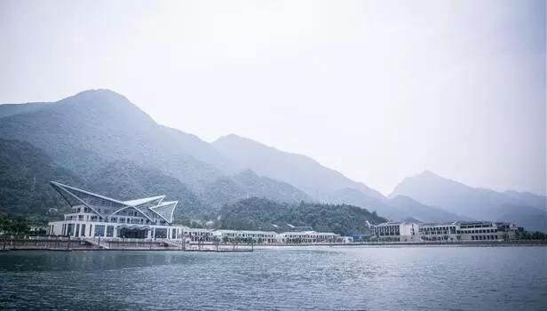 碧海蓝天的既视感,西海水世界有还不少水上设施,是个适合全家老小出游