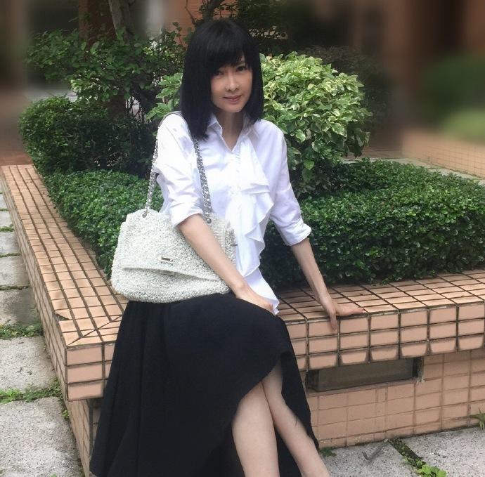 【有意思】49岁周慧敏白衬衫配黑长裙 清纯似学生妹(图)