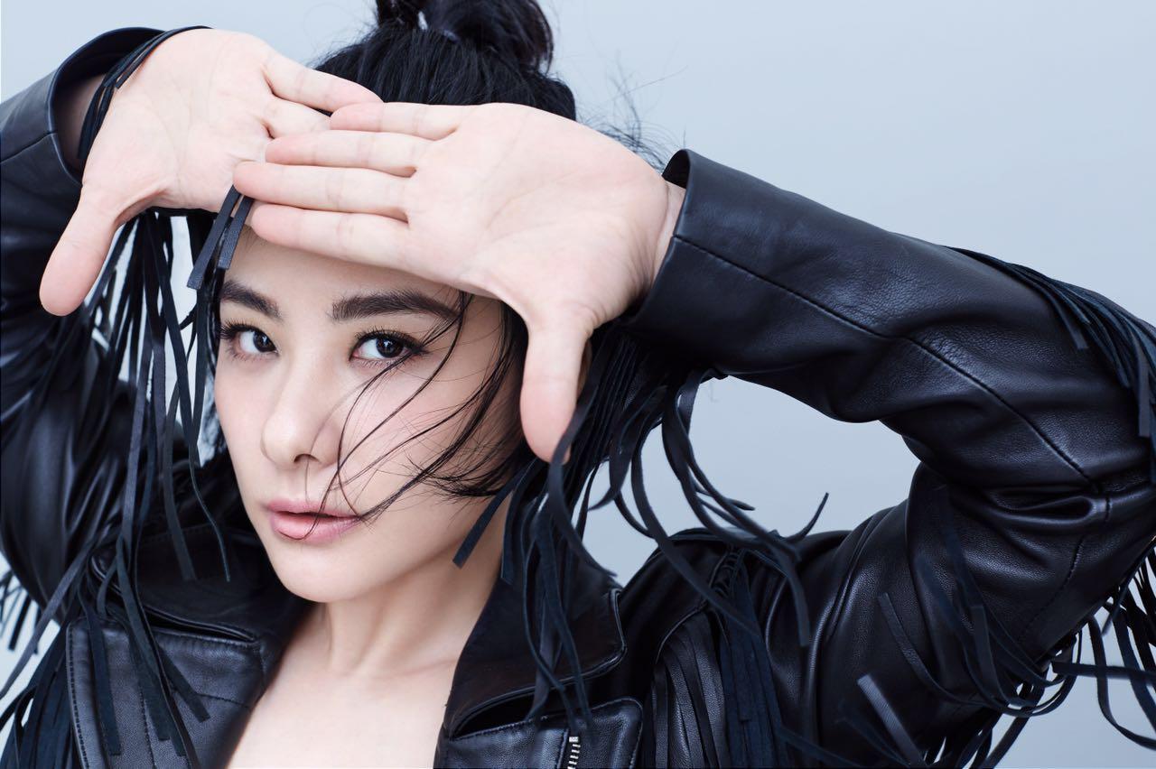 【星娱TV】刘璇穿皮衣衬衫拍写真 打扮中性帅气