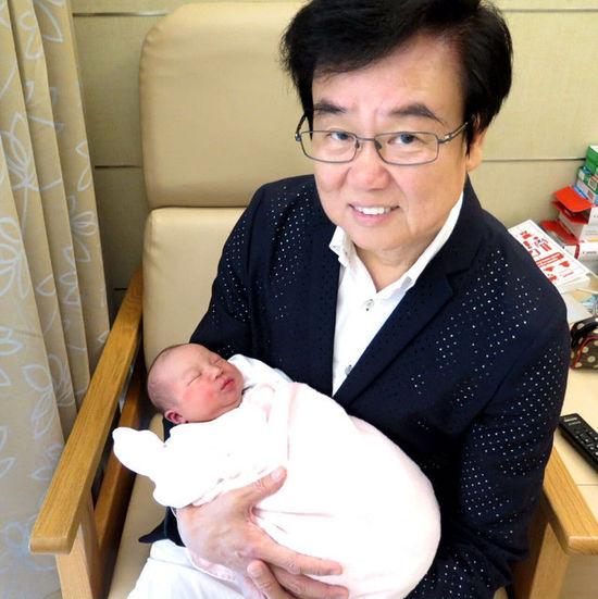 【星娱TV】黄百鸣升级当爷爷 小孙女似精灵萌翻众人