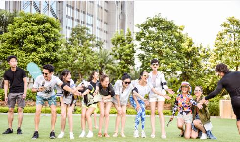 【星娱TV】赵雅芝晒花絮照 一排大长腿实力抢镜(图)