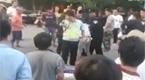 实拍保时捷男女打的哥逼下跪 激民愤遭围攻