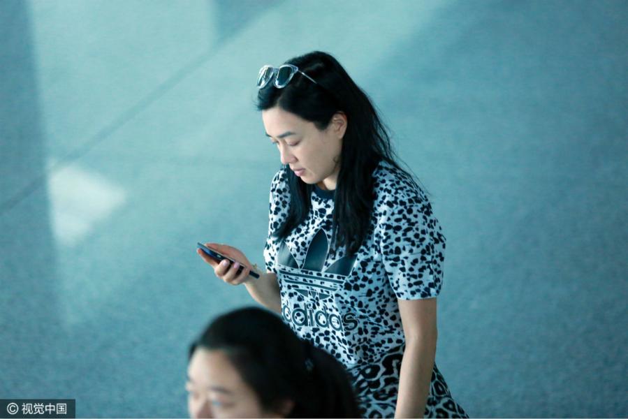 钟丽缇身穿豹纹套装现身北京机场