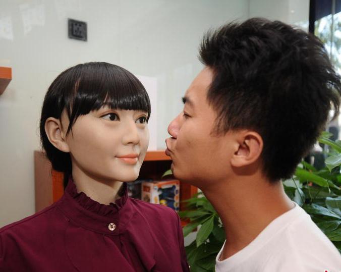 首家机器人5S店落户长沙 智能美女吸睛