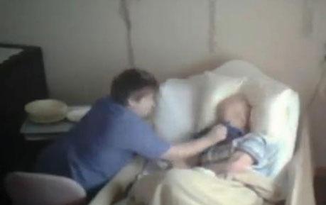 老爸总是偷偷哭泣 女儿装监控后看到骇人画面