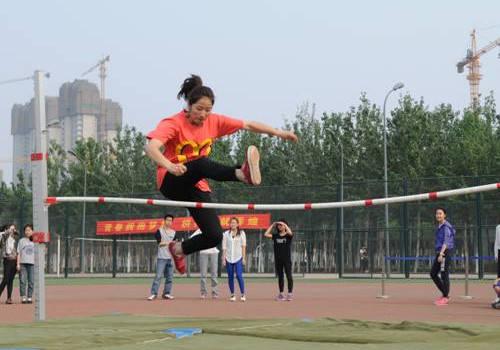 其实跳高的姿势有很多,比如我们在学校运动会中常见的跨越式