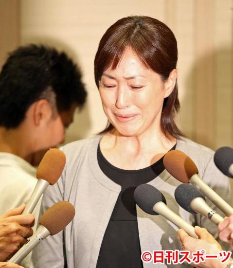 丈夫藏毒兼出轨!51岁高岛礼子银行取钱 满面愁容(图)