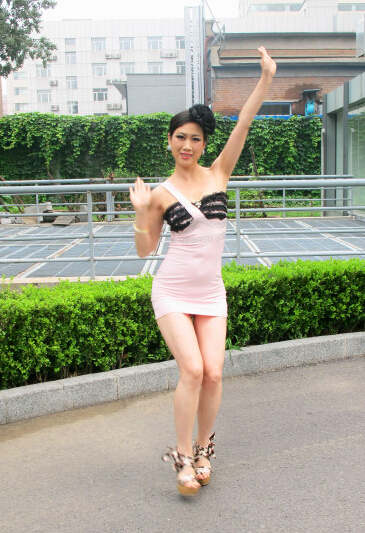 【美人鱼乐】芙蓉姐姐身材凹凸摆S造型 卖力扭臀秀上围