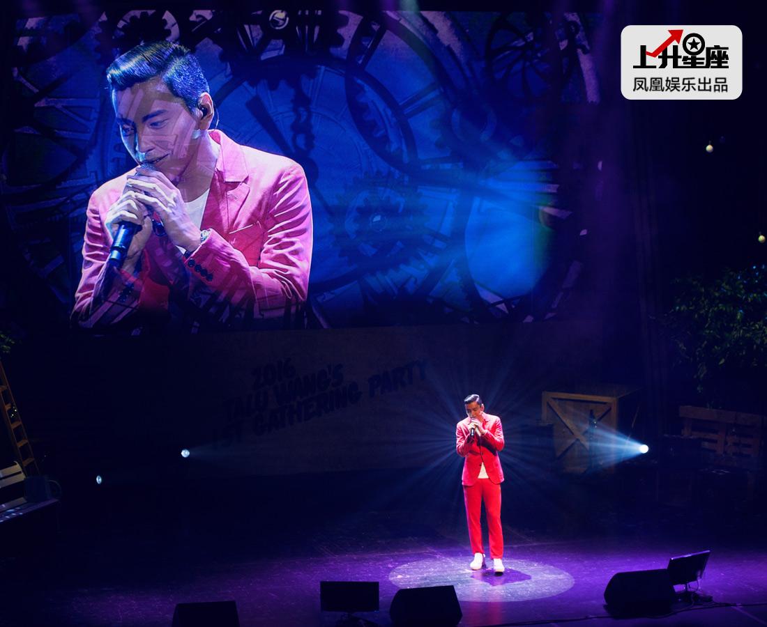 王大陆深情献唱,整场粉丝跟着一起大合唱。让从来没在韩国看过演唱会的记者,深深地感受了一把韩国妹子的热情,能量满满!