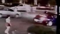 监控:女子请堵路宾利车让路 竟被连捅两刀