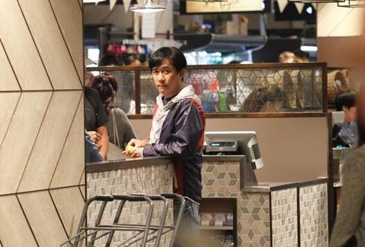【星娱TV】影帝梁朝伟变居家好男人 超市购物亲力亲为