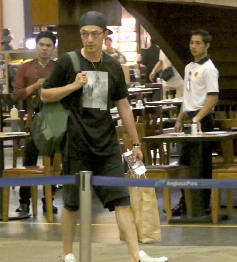 【星娱TV】胡歌现身机场竟迷路 呆萌表情引热议