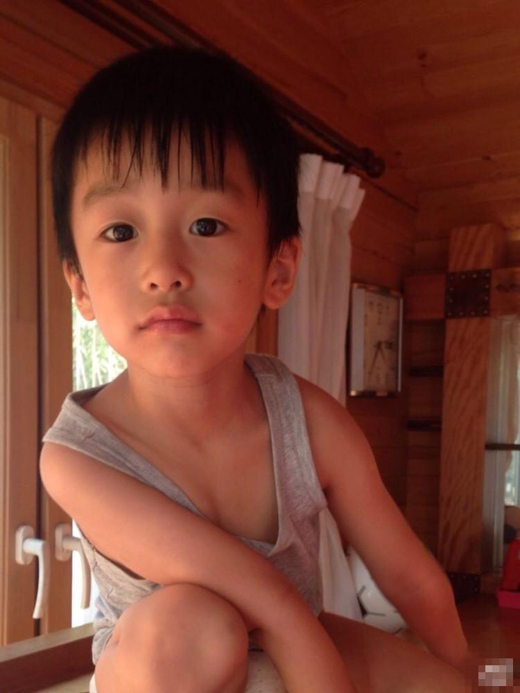 黄觉儿子小核桃 画面中的小核桃表情懵懂,呆萌模样分外可爱,一双大长