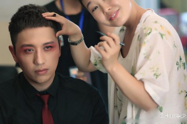 【星娱TV】华少摘掉眼镜化粉红戏妆 却被网友指撞脸宋喆