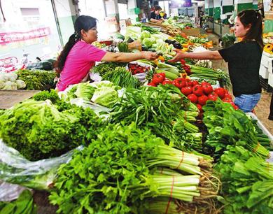 """大雨过后西安菜价""""翻跟头"""" 批发市场涨幅14%以上"""