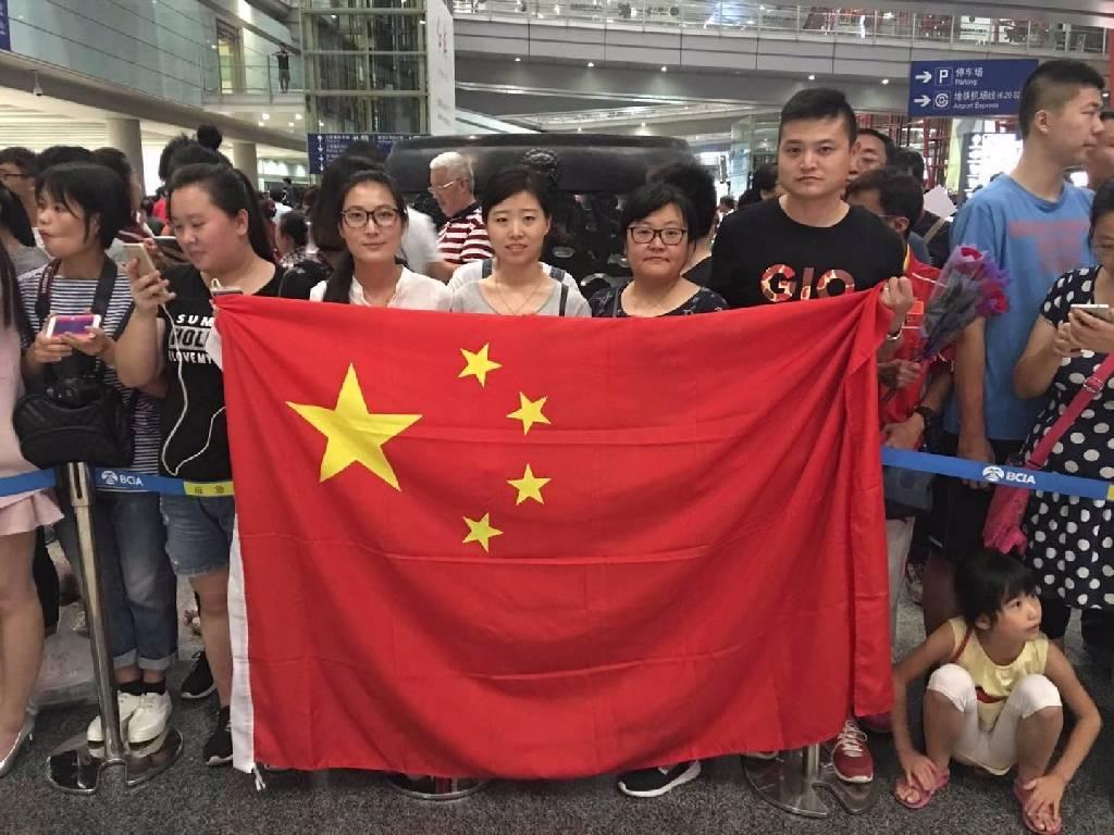 中国女排凯旋 球迷热情高涨挤爆机场
