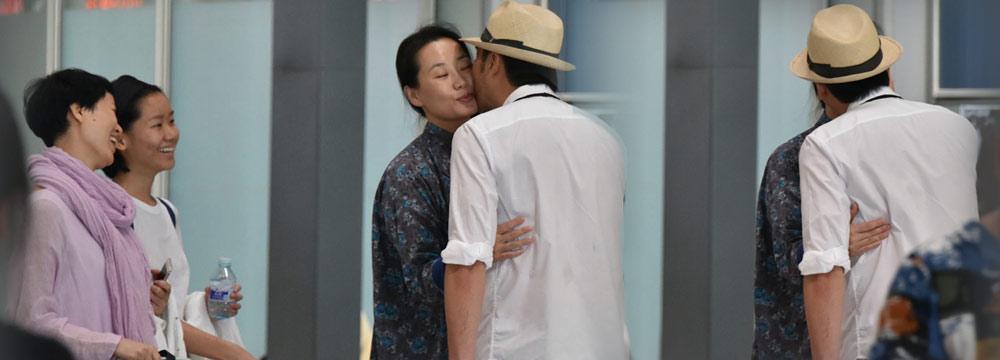 结婚21年仍甜蜜!林依轮和老婆机场道别要亲一下