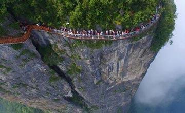 工人们徒手在1000多米悬崖上修建玻璃栈道 站着发抖看着流泪
