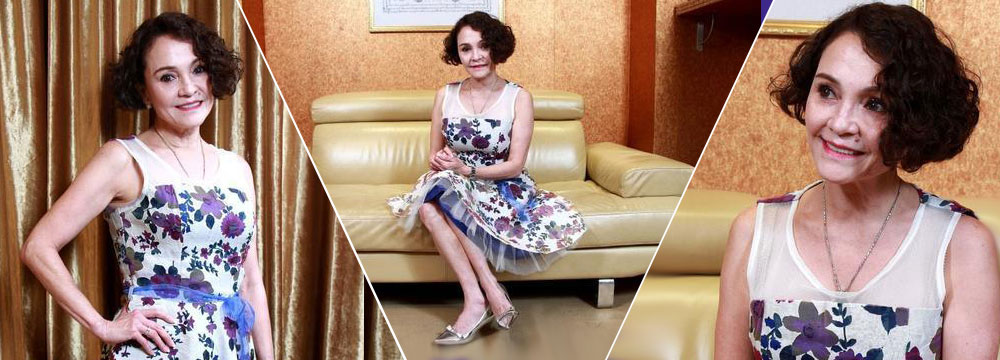 张柏芝混血老妈首演戏 55岁穿花裙卷发仍娇俏