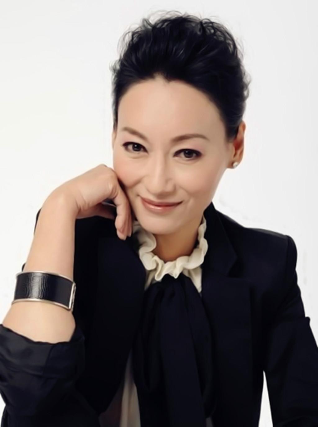 [爱八卦]56岁惠英红自曝还憧憬爱情:一直在等对的人